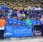 คุณอนันต์ร่วมถ่ายภาพกับนักฟุตบอลเยาวชนทีม N MARK PLAZA_resize